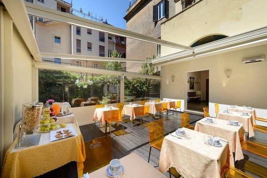 Hotel St. Moritz : Terrazza con sala colazioni
