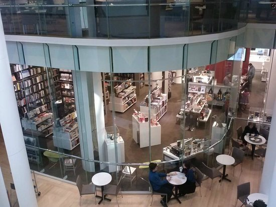 Museum of Fine Arts: Nice Book Store and coffee shop inside the museum