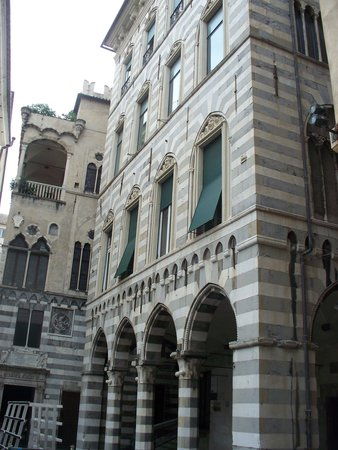 Piazza San Matteo : uno dei palazzi