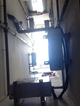 Hotel Sur: We kwam totaal geen daglicht binnen, en wakker gelegen van al dat gebrom van die airco's