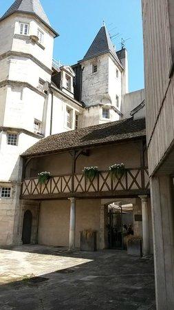 La Maison des Cariatides : facade entrée coté cours
