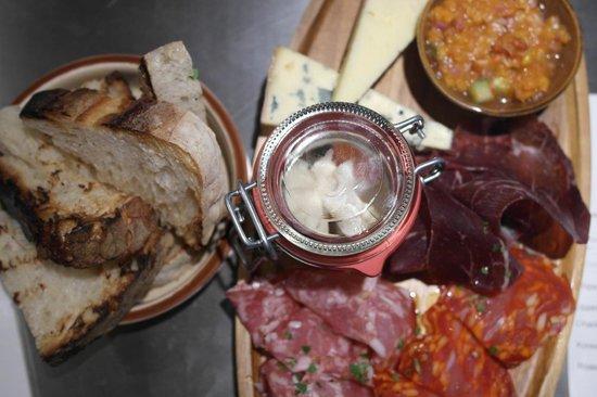 Clarion Hotel Amaranten: Restaurant Kitchen & Table