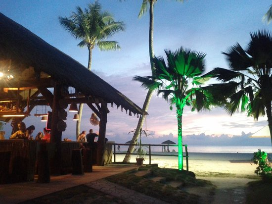 Fiesta Resort & Spa Saipan: beach house bar