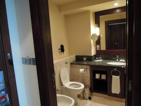JA Ocean View Hotel: bathroom
