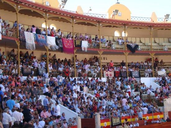 Plaza De Toros Almeriense : MANTONES EN LA PLAZA