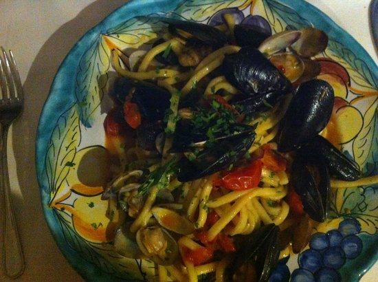 Santa Croce: Lots of mussels and clams with pasta!