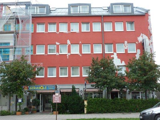 NH München City Süd: Fachada desconchada del hotel