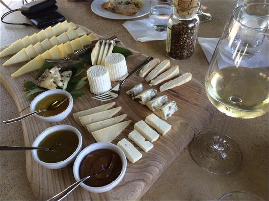 Podere Il Casale: huge varietyof cheese with fresh bread and delicious wine