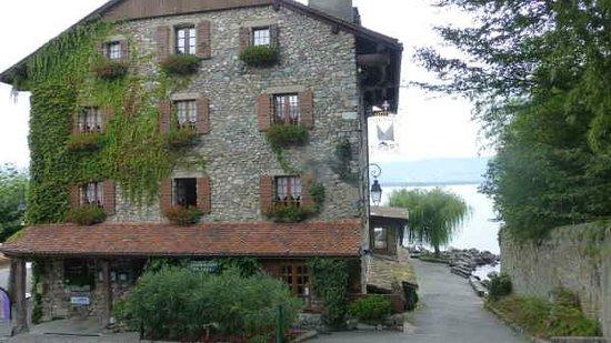 Hotel Restaurant du Port : Village side and main enterance to the hotel