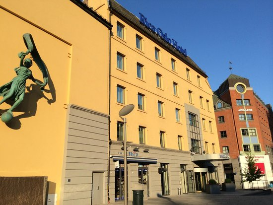 Scandic Oslo City: View of hotel as you come from the central station