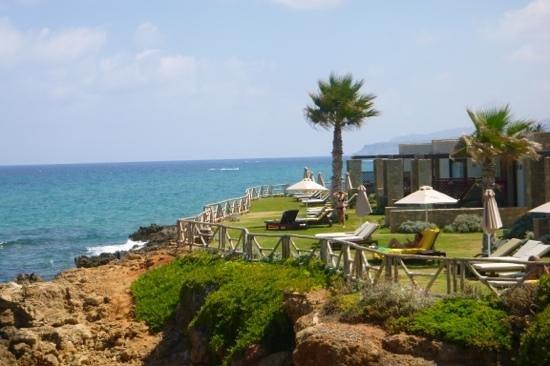 Ikaros Beach Resort & Spa: seitlicher Blick auf die Suiten mit Meerblick. vor jeder Suit 2-3 Liegen