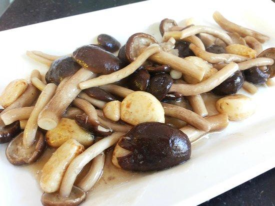 Kuang Seafood,Ratchadaphisek 10: stir-fried Japanese mushrooms with garlic & oyster sauce