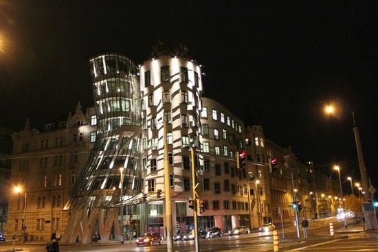 Havel's Apartment Block: Танцующий дом вечером с подсветкой