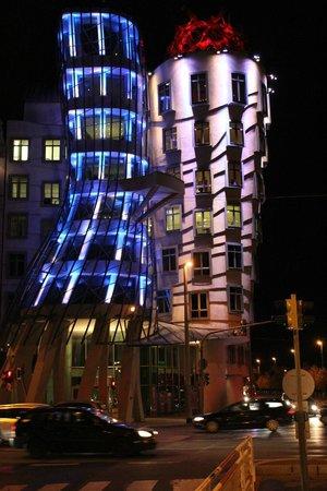 Havel's Apartment Block: Танцующий дом вечером с цветной подсветкой