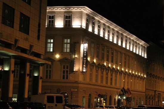 Hotel Zenit Budapest Palace: The hotel at night
