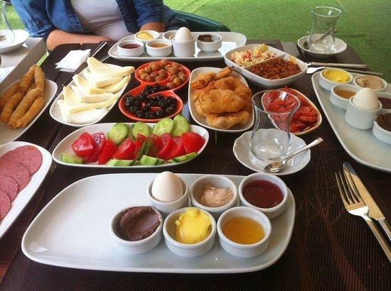 Luleburgaz, Tyrkia: Bilakiste kahvaltı keyfi