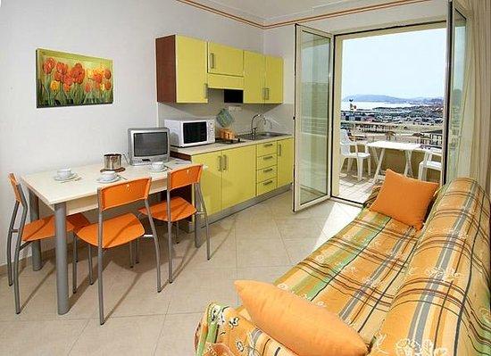 Soggiorno con angolo cottura vista mare - Foto di Residence Levante ...