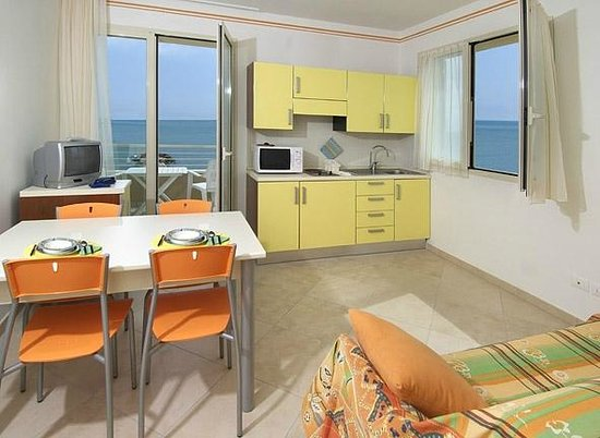 Soggiorno con angolo cottura vista mare - Foto di Residence ...