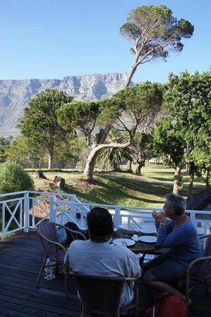 Ashanti Lodge Gardens Backpackers: ontbijten op het terras van Ashanti