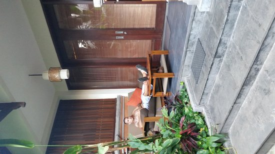 Kuta Seaview Boutique Resort & Spa : seating area in front of our room