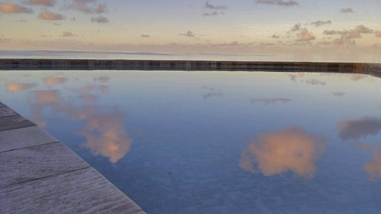 Hotel Maitai Rangiroa: Piscina all'alba