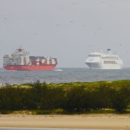 La Promenade: At this point of the Sunshine Coast the Container Ships and Passenger Liners come very close to