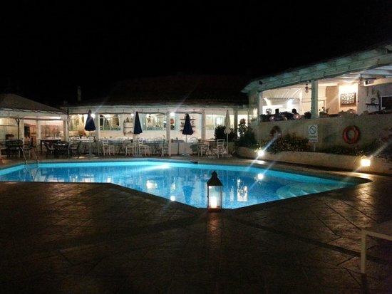 Hotel Stefania Boutique Hotel by the Beach : piscina-ristorante by night