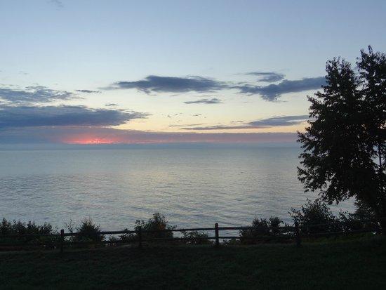 Magnuson Grand Hotel Lakefront Paradise : Sunrise from balcony