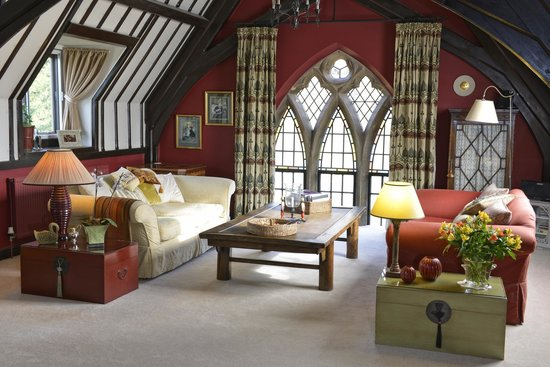 The Old School Bed and Breakfast: The vaulted upstairs sitting room