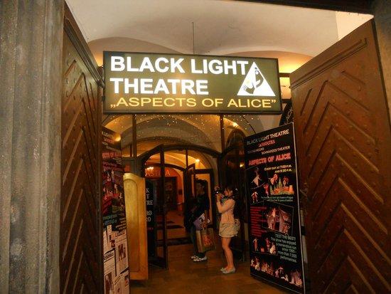 Ta Fantastika Black Light Theatre: Un ' Alice che non c'è