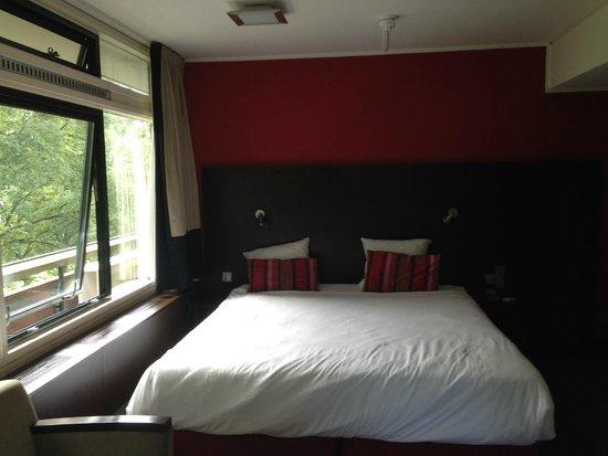 Amsterdam Tropen Hotel : Cama habitación