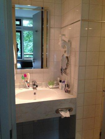 Amsterdam Tropen Hotel: Lavatorio y ducha
