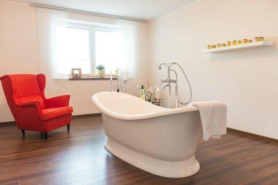 wellness badewanne f r zwei bild von landart hotel beim. Black Bedroom Furniture Sets. Home Design Ideas
