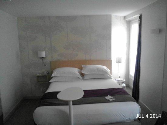 Mercure Paris Notre Dame Saint Germain des Pres : Pequeña habitación con muy buenos servicios