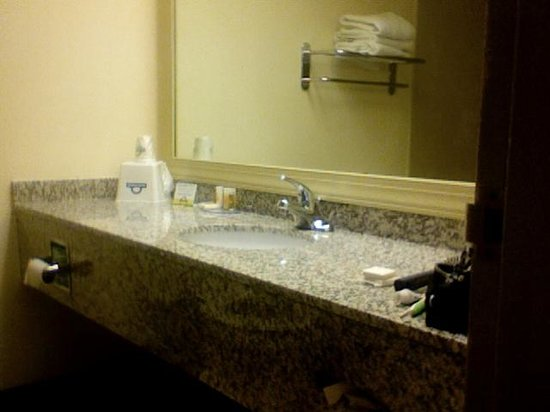 Days Inn Fayetteville-South/I-95 Exit 49 : Modern Bathroom