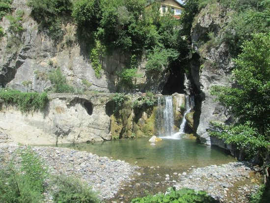Grand Hotel Pigna Antiche Terme : cascata e lago del Nervia a ridosso dell'hotel