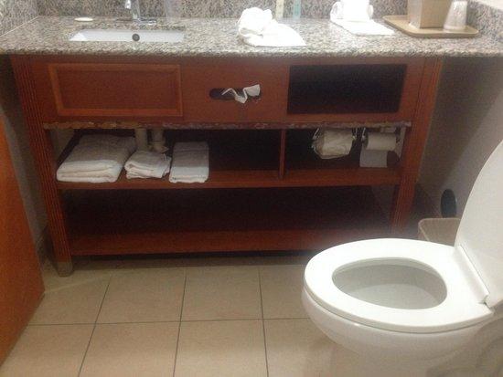 Comfort Inn & Suites: Bathroom vanity missing molding strip about halfway down