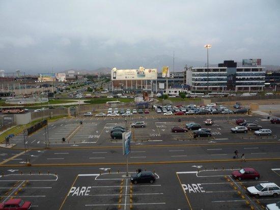 Wyndham Costa Del Sol Lima Airport: Vista del estacionamiento del aeropuerto desde el hotel