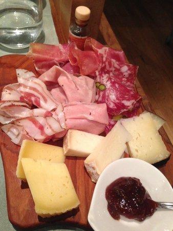 Badalamenti Cucina e Bottega : entrée assiette de bons fromages et  charcuteries du pays