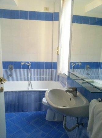 Hotel Spagna: baño limpio