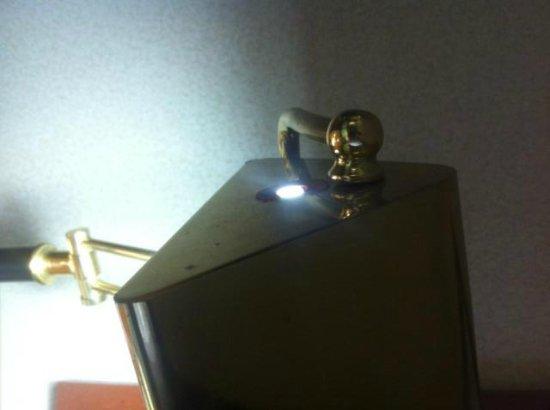 Holiday Inn Southgate - Heritage Center: Broken Desk Lamp