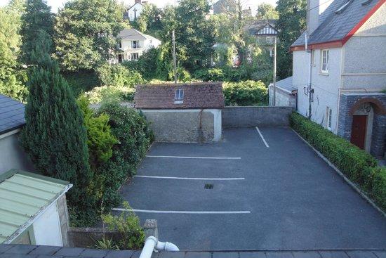 Garnish House : Estacionamento do outro lado da rua