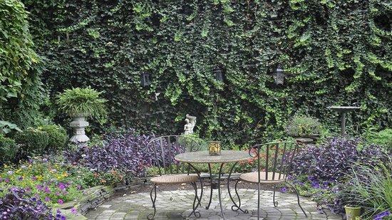 Richard Johnston Inn: The back courtyard