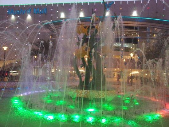 Mushrif Mall: Front entrance fountain