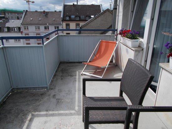 Favored Hotel Plaza : Балкон (в номер)