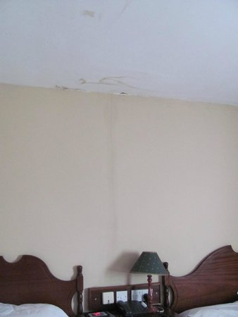 Cahir House Hotel: water damage & crack
