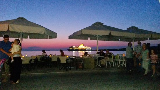Meltemi Cafe: wonderful view in the late afternoon the moment the boat comes in!