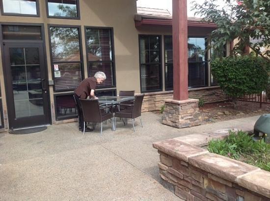 Residence Inn Prescott: Ellen cleaning the tables