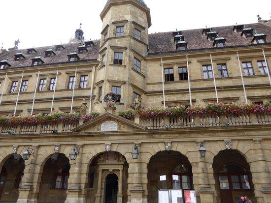 Rothenburg Town Hall (Rathaus): 市庁舎前面。こちらが塔への入り口です。