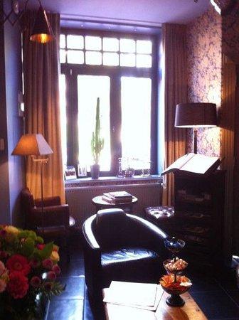 Main Street Hotel: lounge guest book